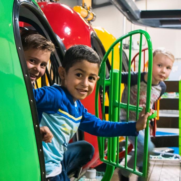 Spelende kinderen in Jimmy's Speelparadijs in Amsterdam